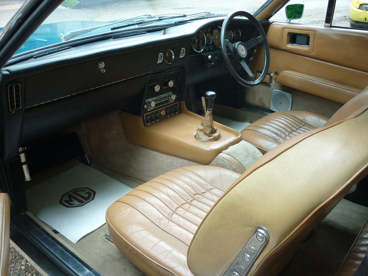 Aston-Martin-DBS-V8-9